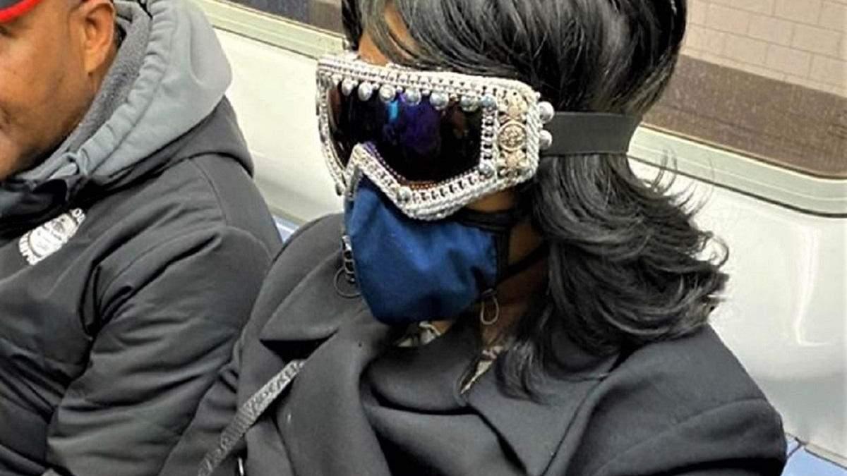 Когда защищаешься, как можешь: самые странные и смешные маски в метро – фото