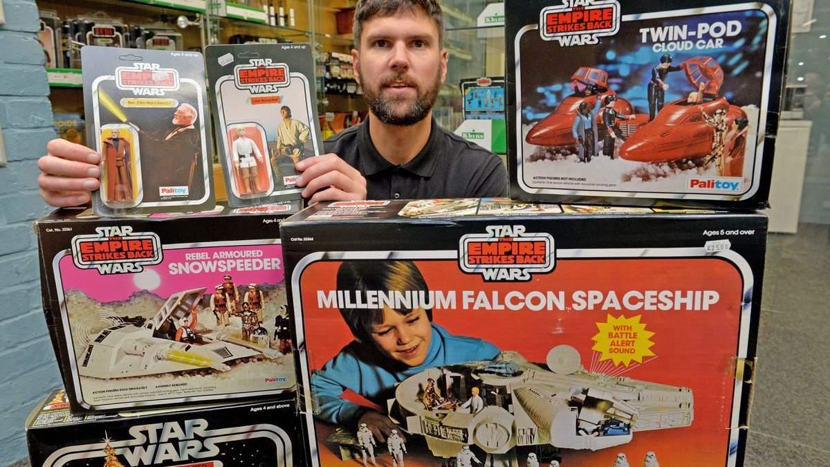 Аукціоніст Кріс Астон з екземплярами колекції іграшок Star Wars
