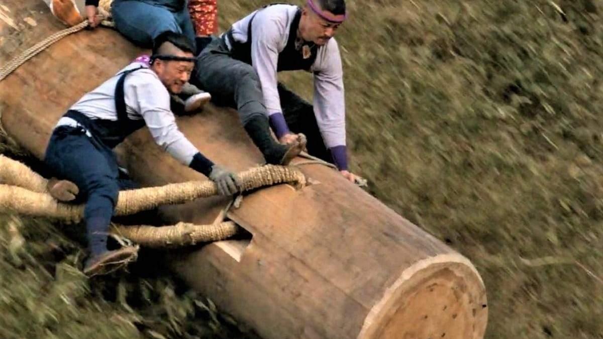 Спуск со склона во время фестиваля Омбасира