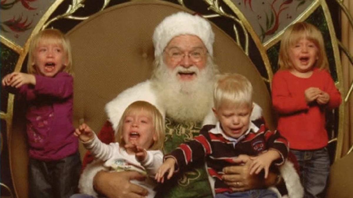Подборка новогодних фото детей, которых напугал Санта-Клаус