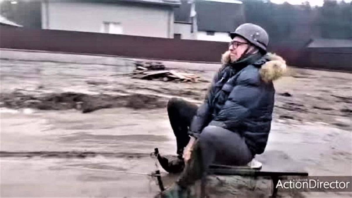 Що робити, коли немає снігу: львів'янин проїхався по багнюці на санчатах – кумедне відео