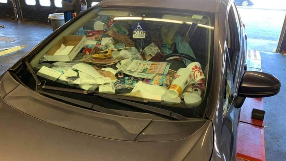 Найбрудніший автомобіль у світі: у соціальній мережі поділилися шокуючими фотографіями