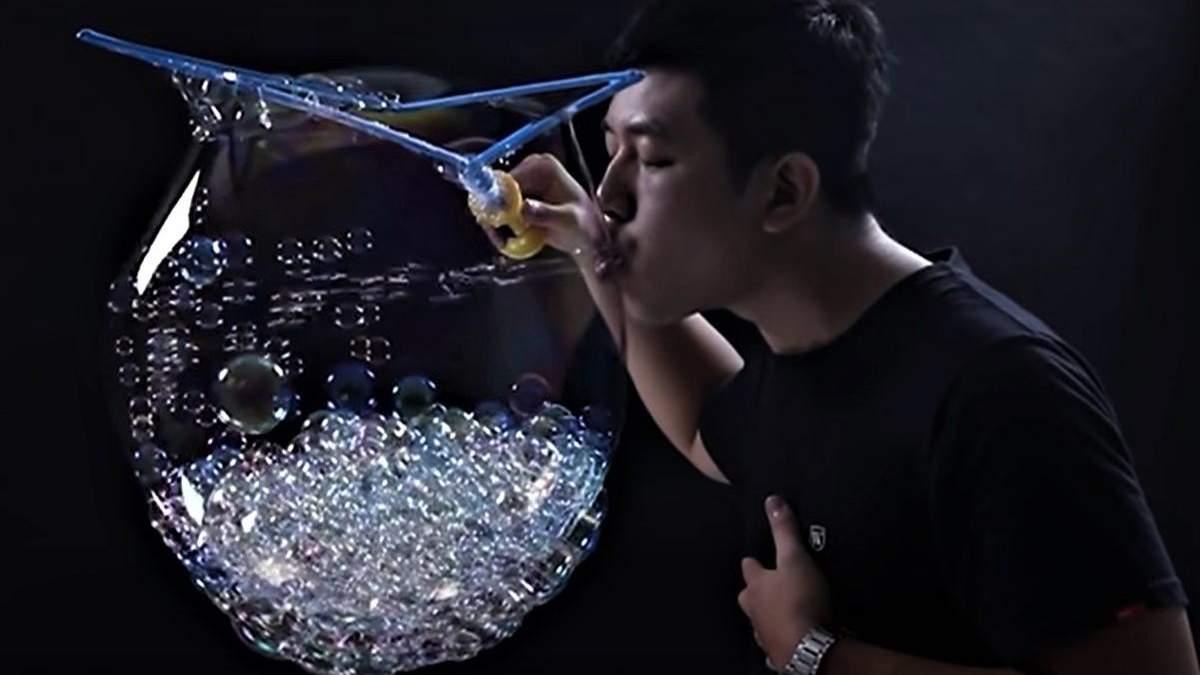 Тайванець надув найбільше мильних бульбашок усередині іншої бульбашки