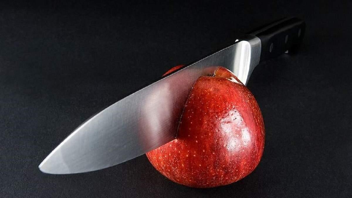 Новий рекорд Гіннеса: чоловік нарізав 21 яблуко, жонглюючи ножами – захопливе відео