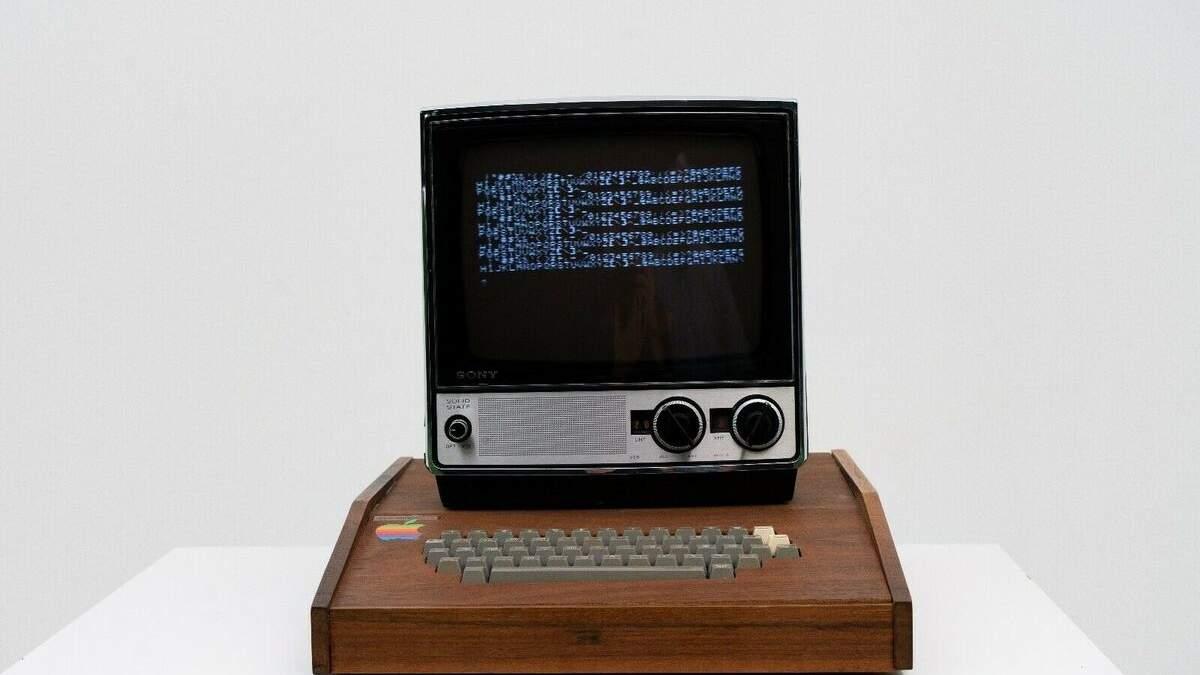 Перший комп'ютер Apple продають на аукціоні: скільки він коштує – фото