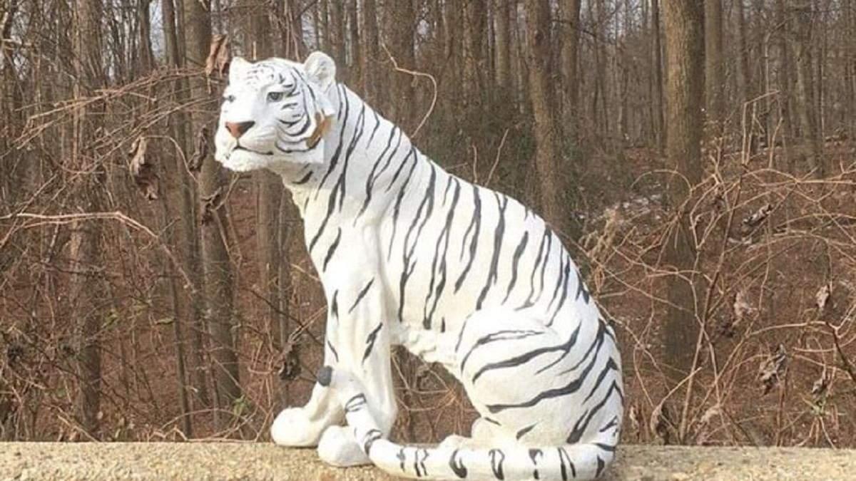 В США пластиковый белый тигр у дороги пугал водителей: полиция забрала животное в участок – фото
