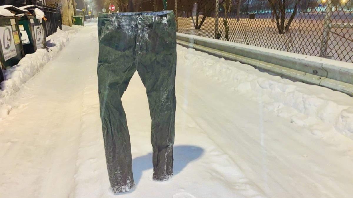 Чоловік використовує штани, щоб зберегти собі паркомісце
