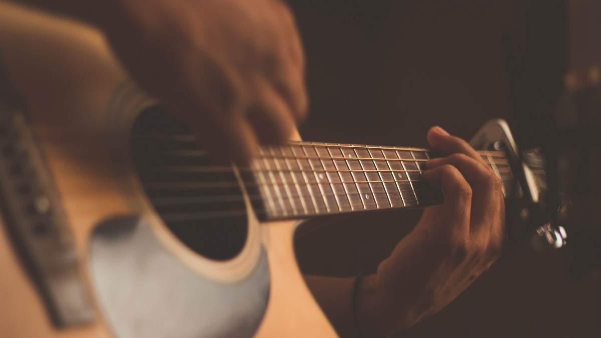 Чоловік змайстрував гітару зі скелета свого померлого дядька і вона грає: фото, відео 18+