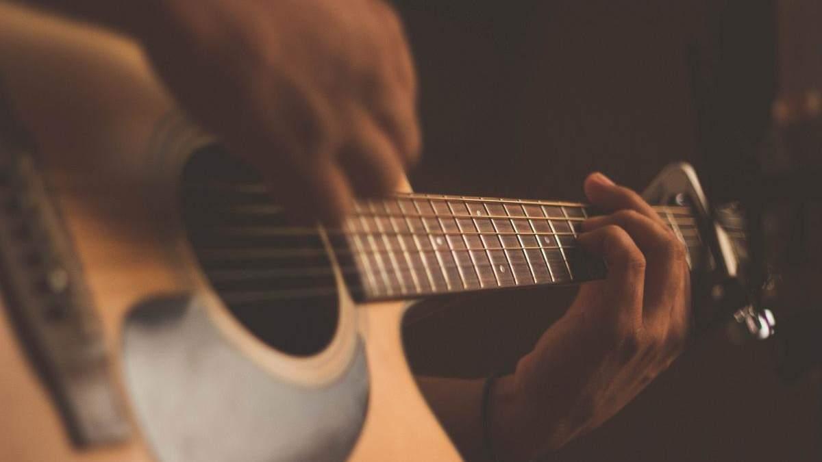 Мужчина смастерил гитару из скелета своего умершего дяди и она играет: фото, видео 18+