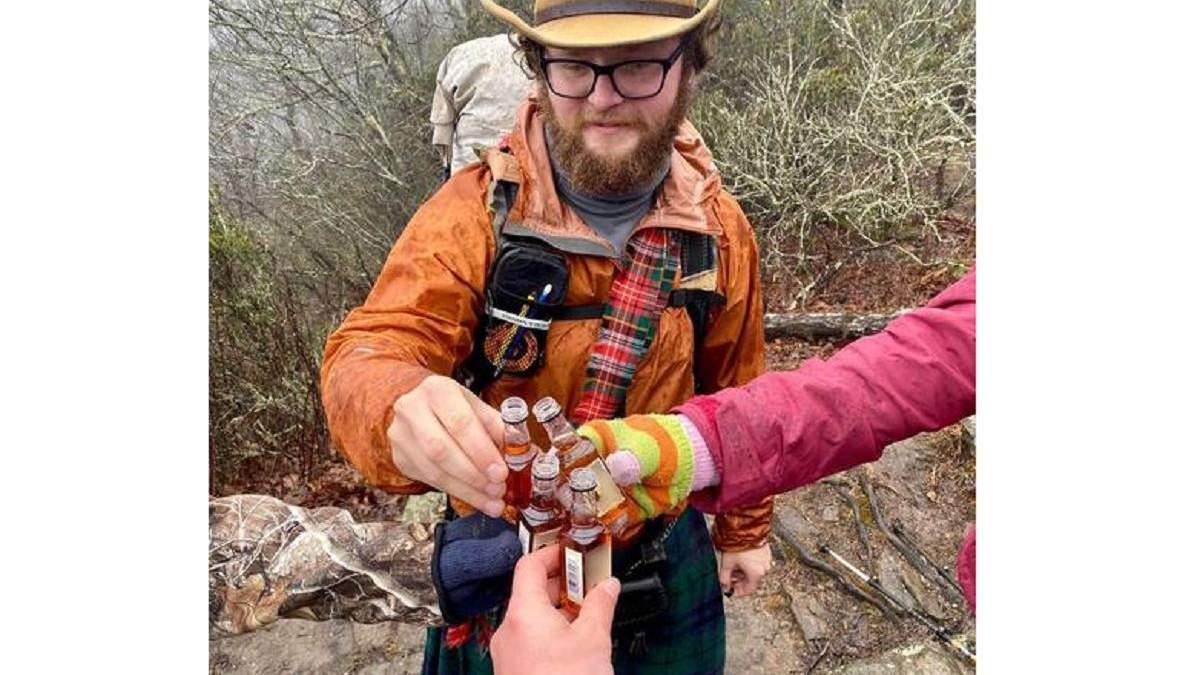 Нова оптична ілюзія: хто тримає четверту пляшку
