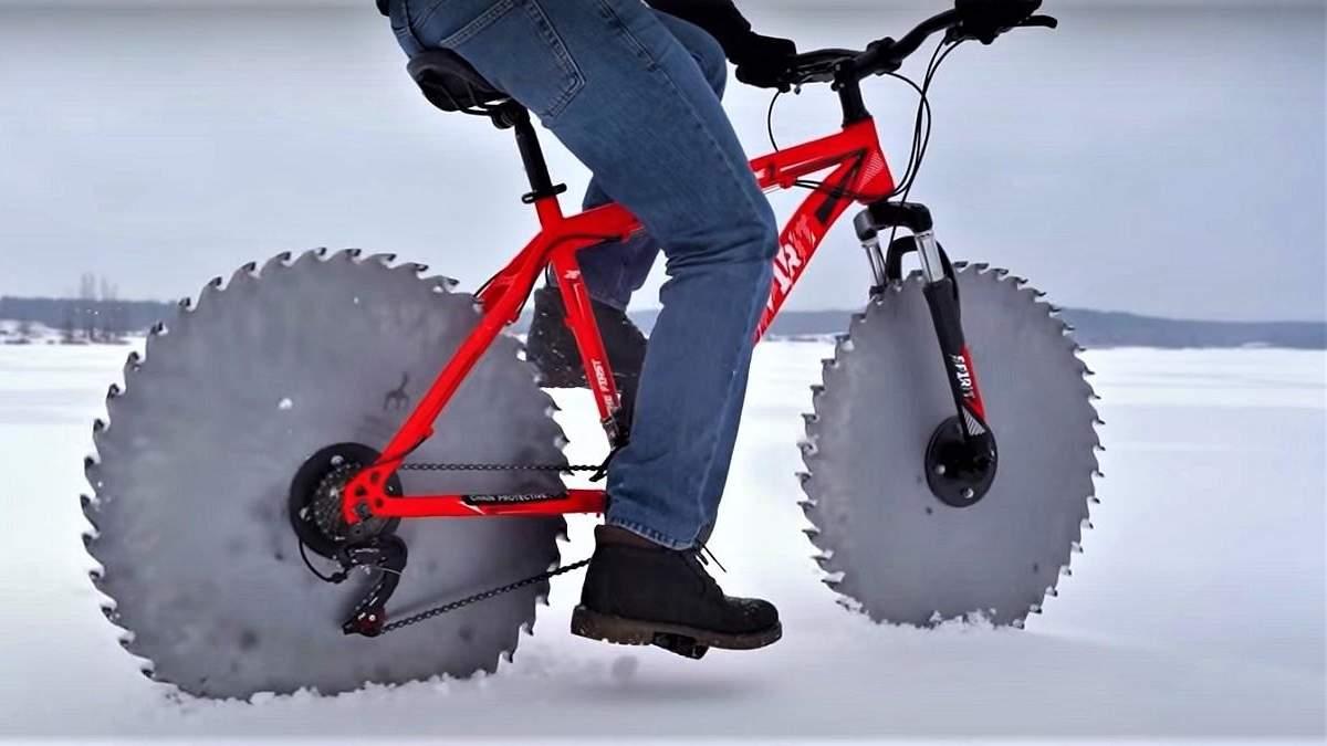 Для їзди на льоду: чоловік створив велосипед з циркулярними пилами замість коліс – відео