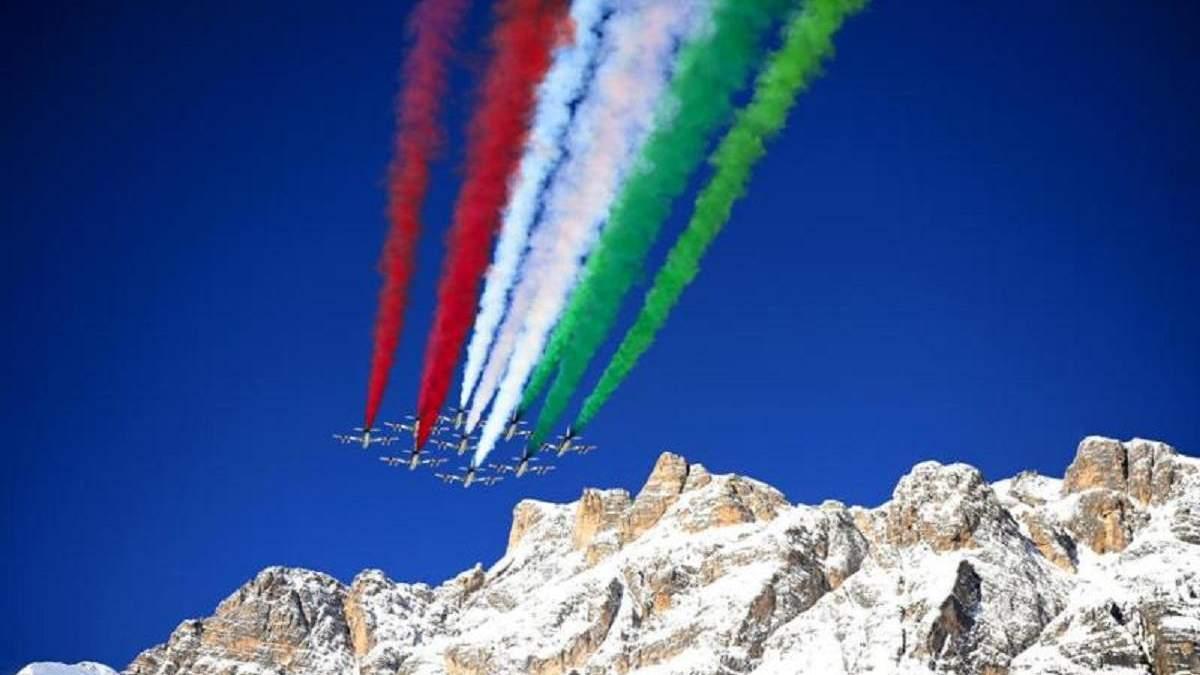 Пілотажна група Frecce Tricolori виступила на гірськолижних змаганнях в Італії: видовищне відео