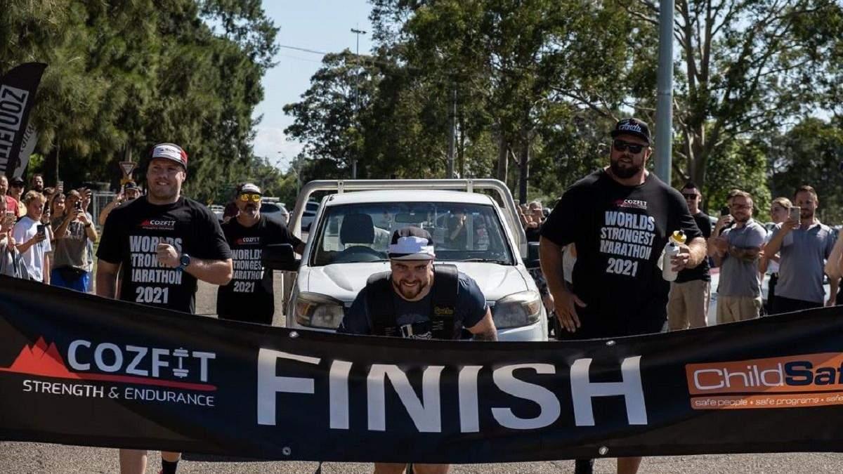 Мужчина пробежал марафон с грузовиком
