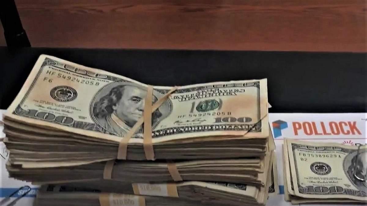 Жінка знайшла 42 тисячі доларів в пожертвуваному одязі