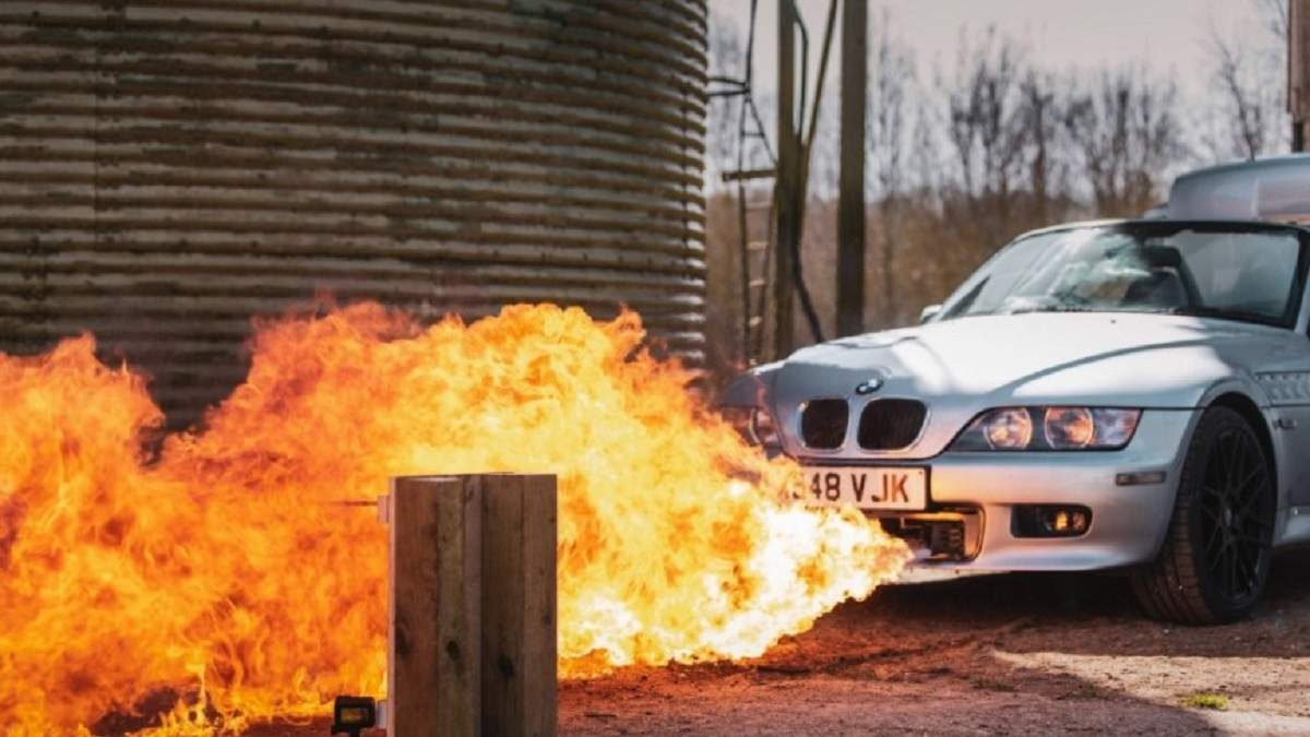 Як у Джеймса Бонда: блогер створив автомобіль агента 007 з вбудованими кулеметами та вогнеметом