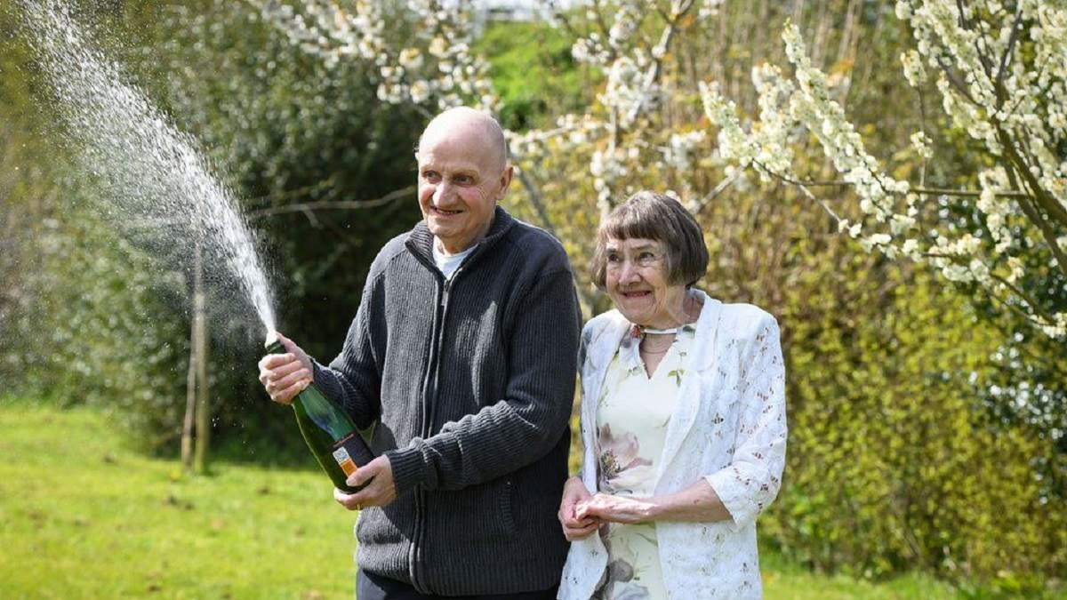 Британский пенсионер выиграл 116 тысяч фунтов стерлингов благодаря тому, что забыл дома очки
