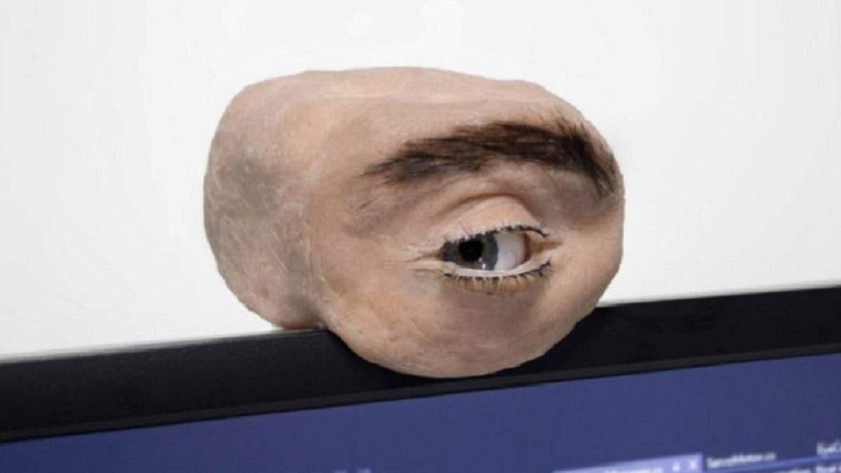 Исследователь создал жуткую веб-камеру в виде человеческого глаза, которая способна подмигивать