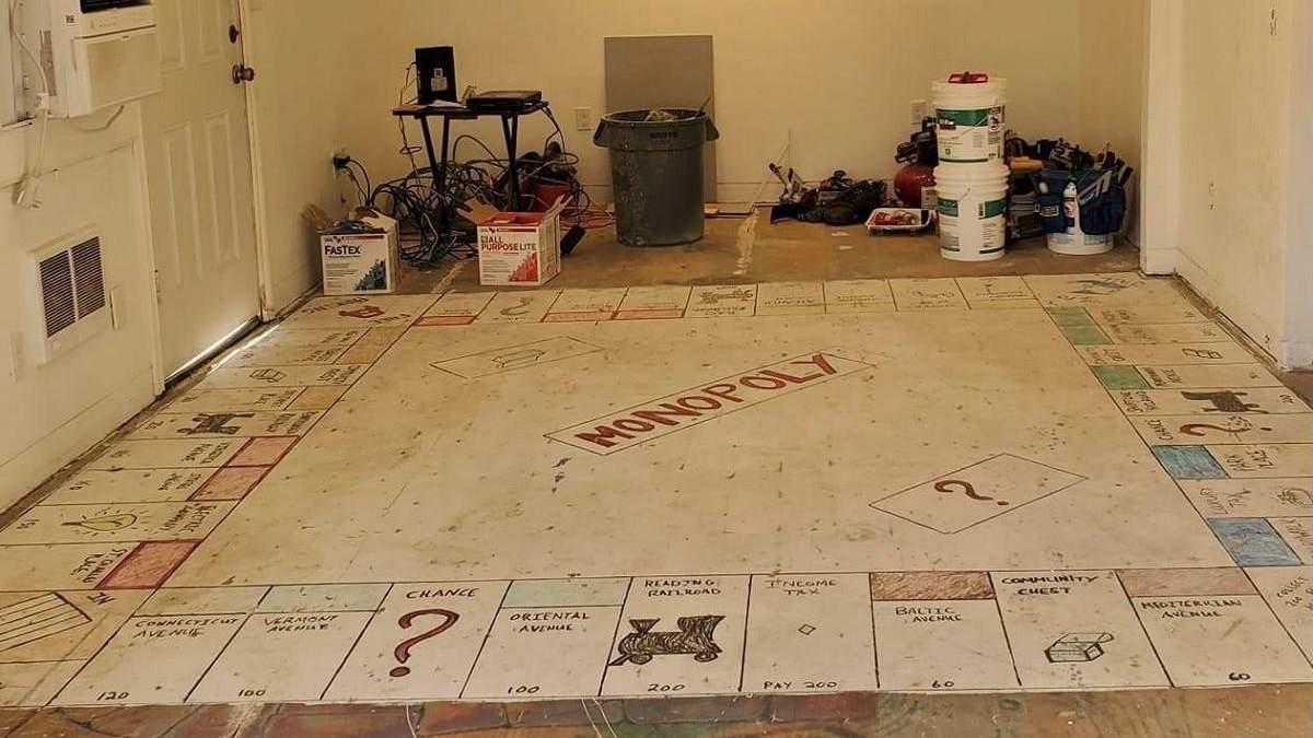 """Гигантская """"Монополия"""": американцы делали ремонт и обнаружили на полу огромное поле для игры"""