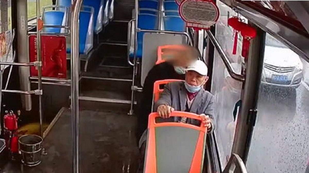 Мужчина украл кошелек у дедушки, но сразу же вернул его назад: что остановило вора