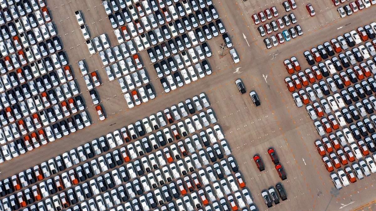 Чоловік припаркувався на усіх місцях на парковці