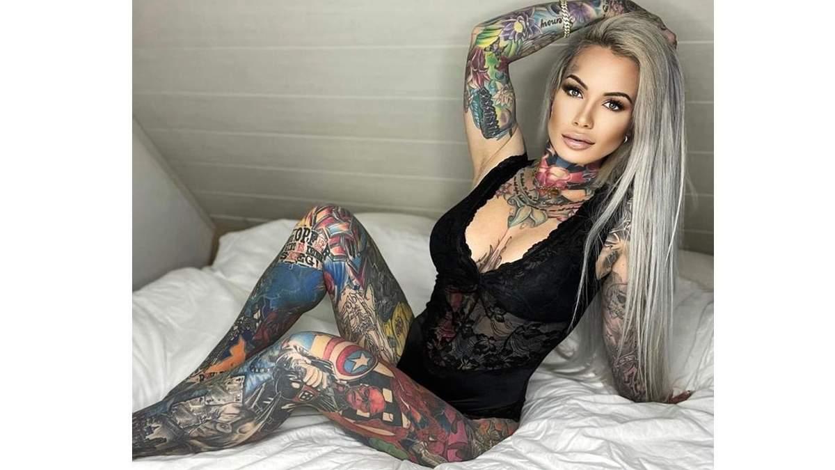 Женщина покрыла тело татуировками с персонажами Marvel и DC