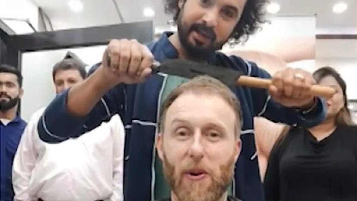 Пакистанский парикмахер использует молоток, нож мясника, стекло и огонь для укладки волос