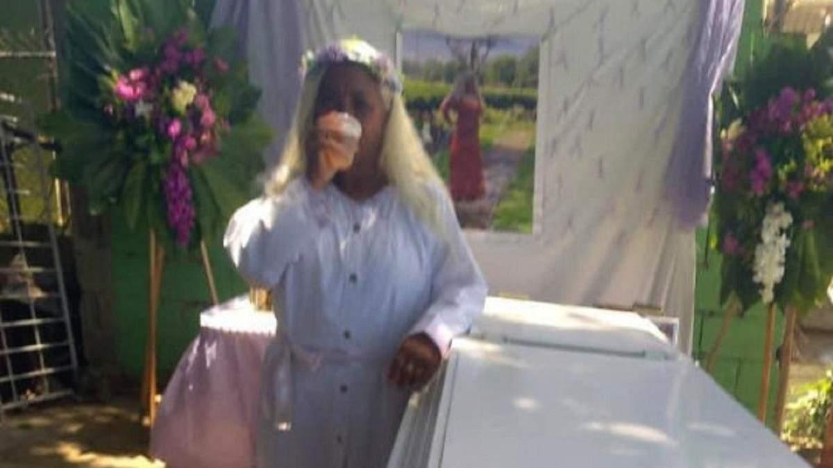 Лежала в гробу и наблюдала за своими близкими: женщина провела репетицию собственных похорон