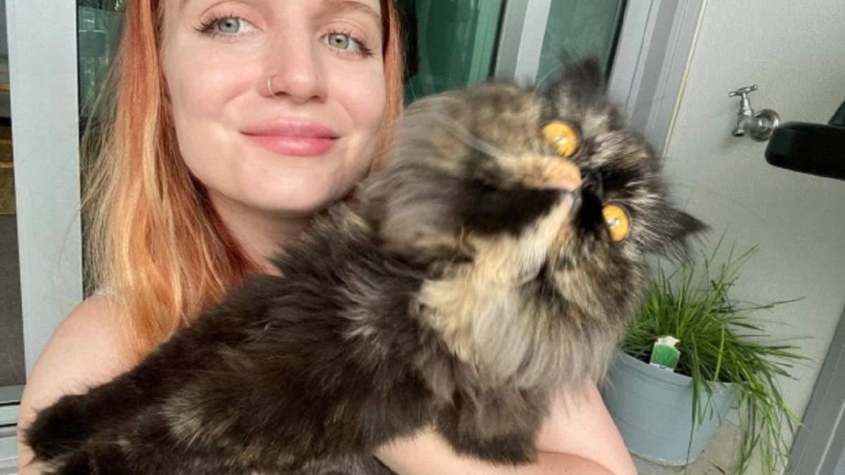 Любов до котиків допомогла дівчині зекономити чималу суму, подорожуючи по всьому світу