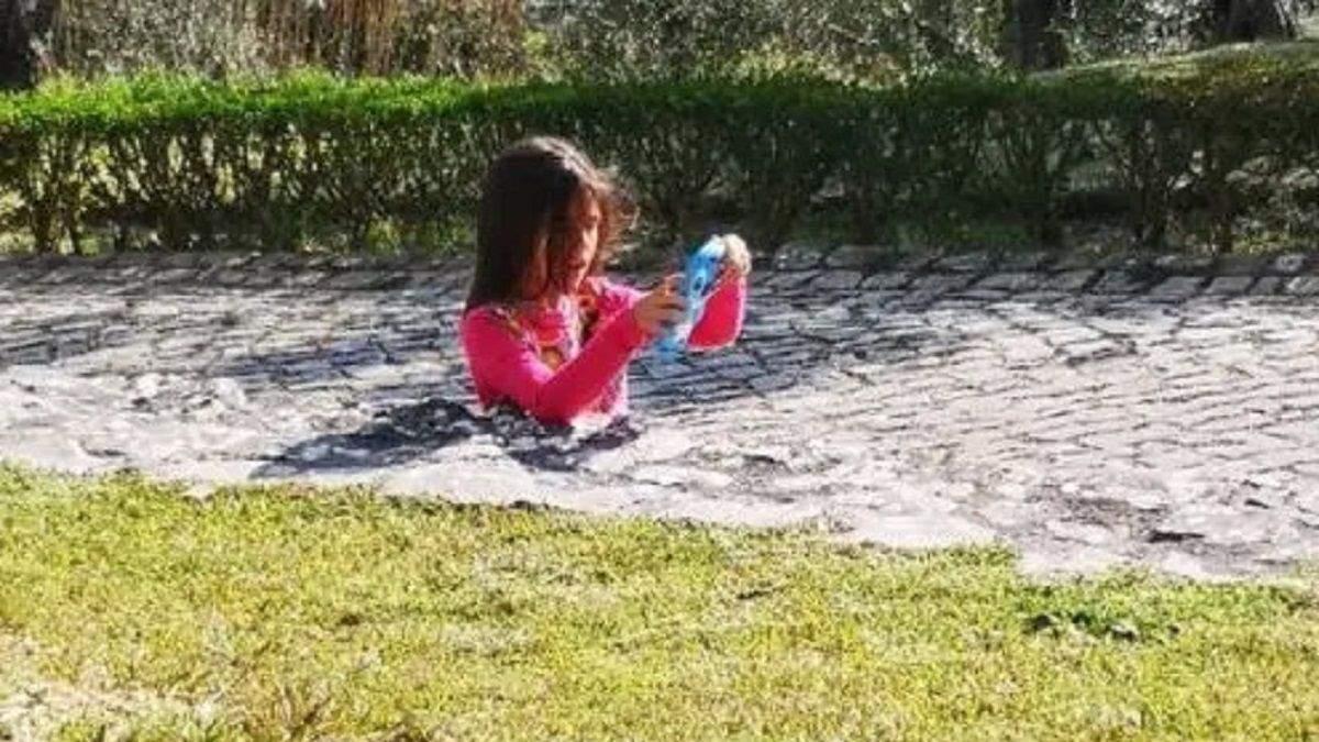 Оптична ілюзія: мережу спантеличила фотографія дівчинки, яка застрягла у тротуарі