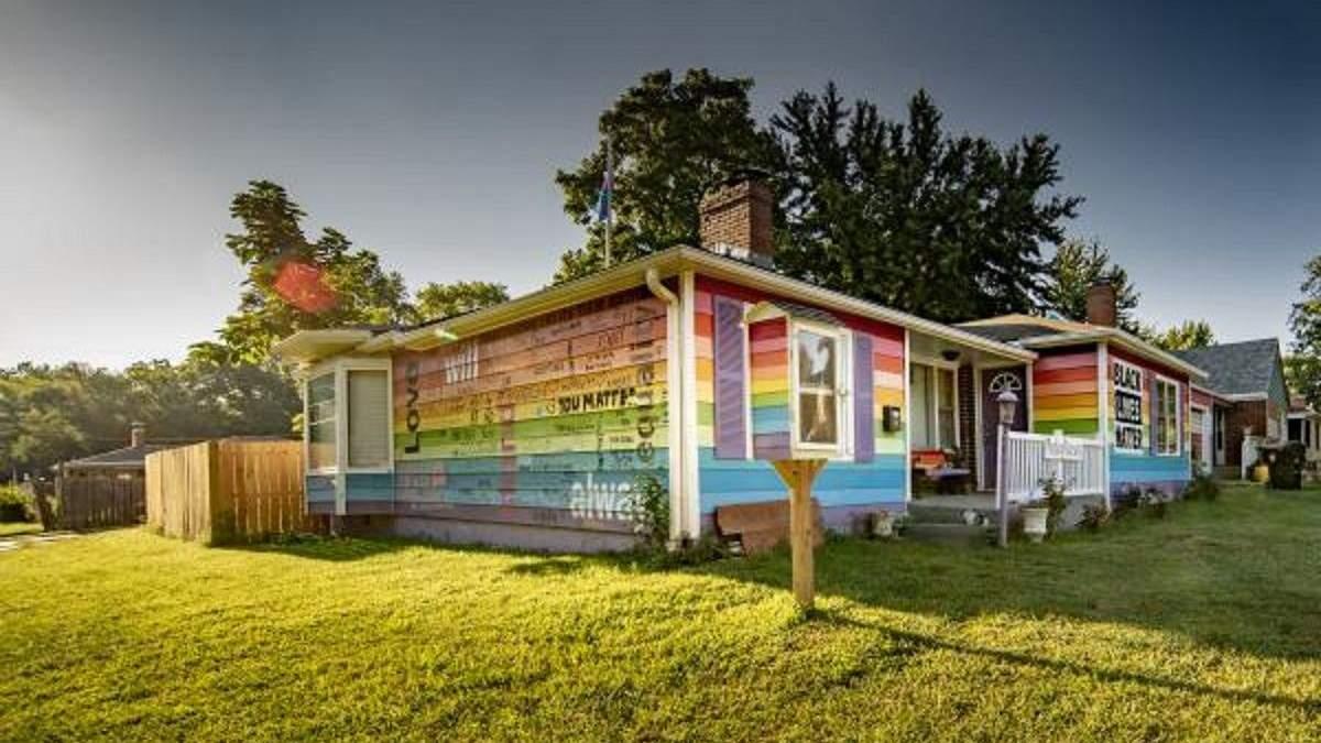 Навпроти гомофобної церкви: чоловік розфарбував свій будинок у кольори прапора ЛГБТ