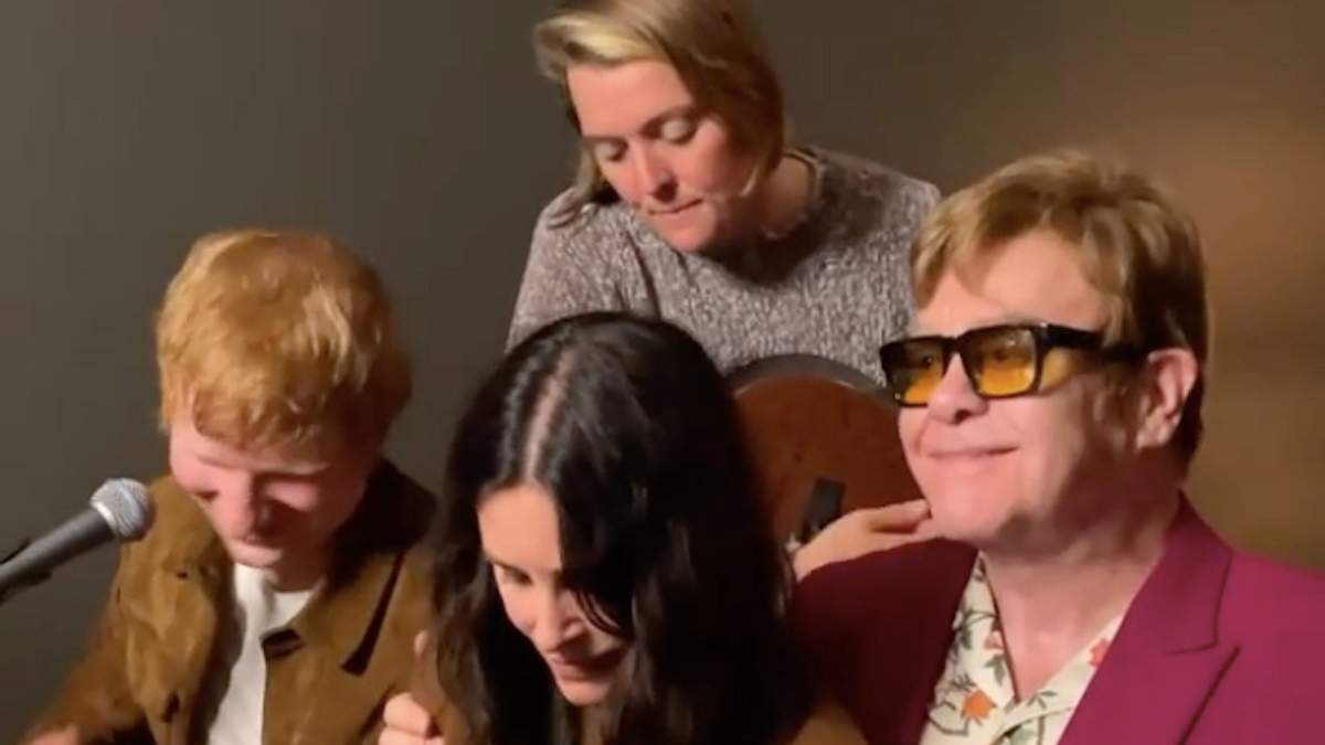 Обійми мене міцніше: Кортні Кокс, Ед Ширан і Елтон Джон заспівали Tony Danza для Лізи Кудроу