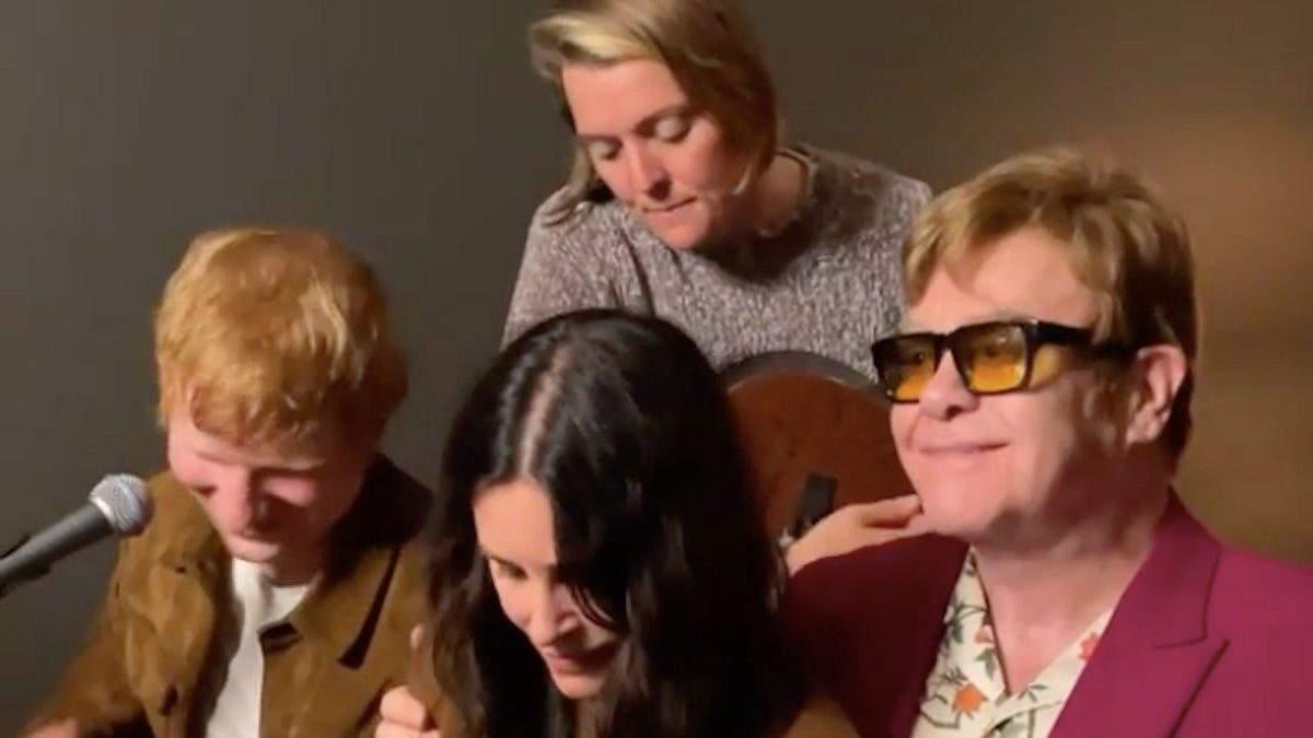 Обними меня покрепче: Кортни Кокс, Эд Ширан и Элтон Джон спели Tony Danza для Лизы Кудроу