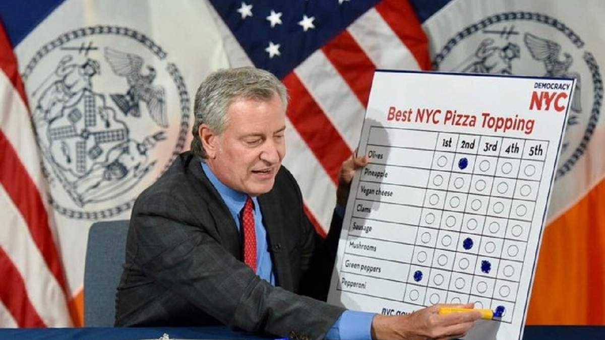 Билл де Блазио выбирает начинки для пиццы