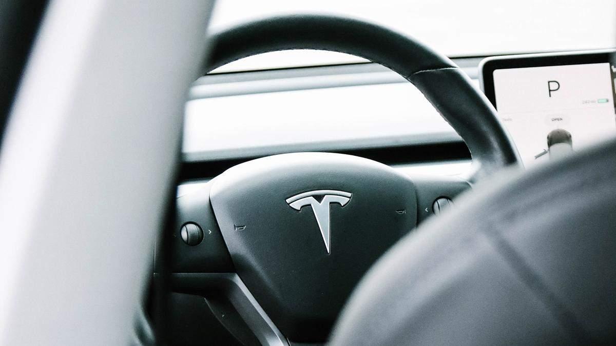 Немовля купило оновлення для Tesla