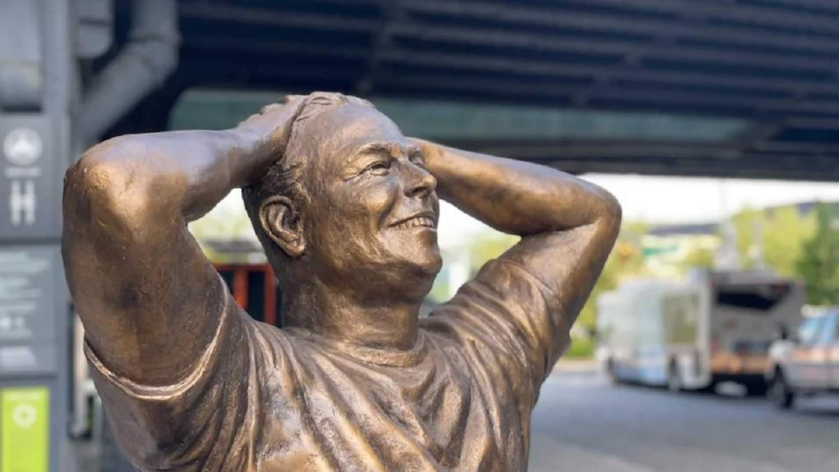 Выбросить в Гудзон: бронзовую статую Илона Маска в центре Манхэттена высмеяли в сети