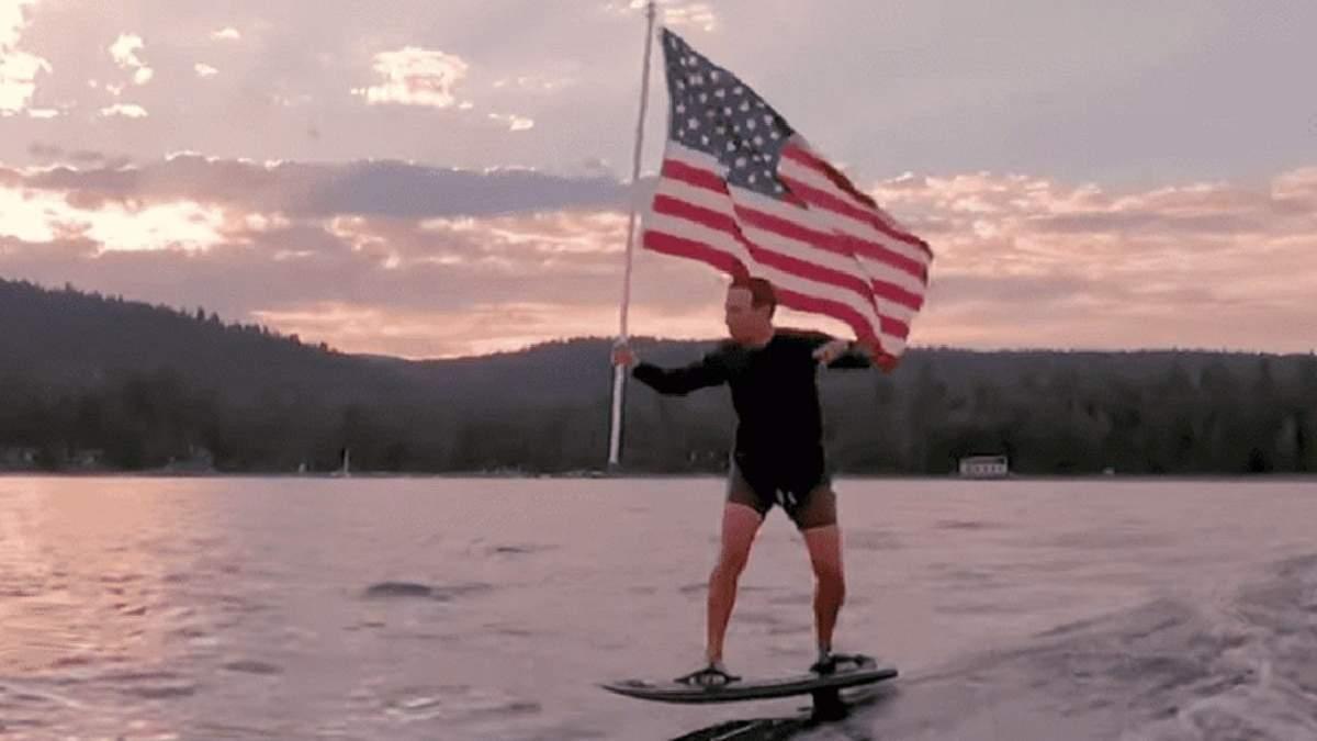У мережі потролили Марка Цукерберга, який у День незалежності США проїхався на серфі з прапором