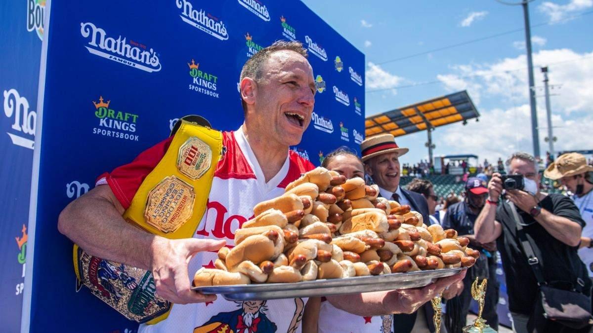 Джої Честнат встановив рекорд з поїдання хот-догів