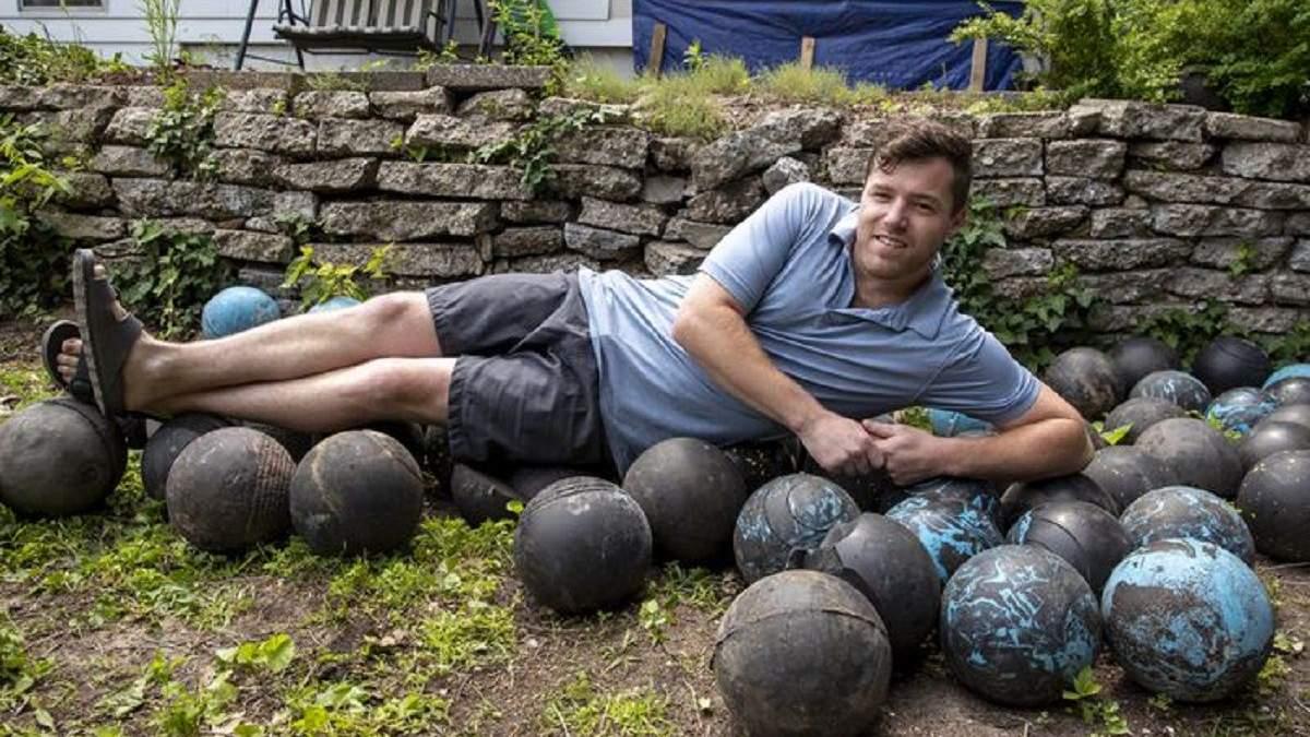 """Будинок з """"куль"""": чоловік під час ремонту виявив у фундаменті 160 м'ячів для боулінгу"""