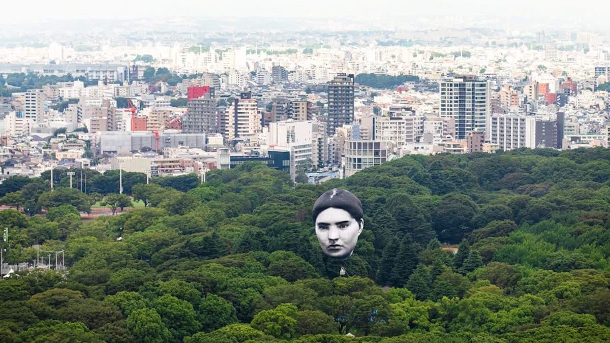Гигантская голова над Токио