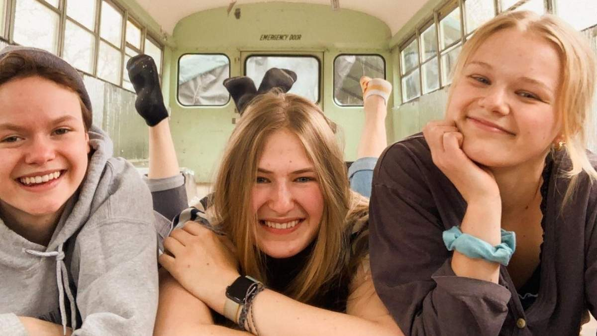 Три девушки встречались с одним парнем, а потом вместе отправились в путешествие