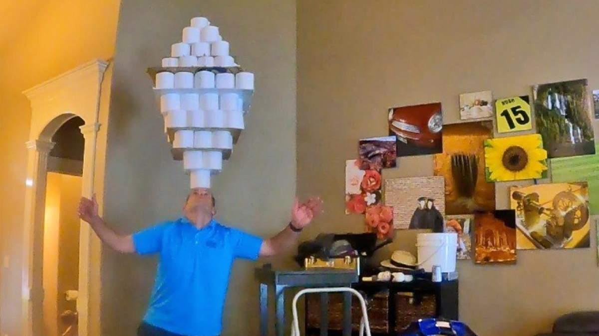 Мужчина удержал на голове огромную конструкцию из туалетной бумаги и попал в Книгу Гиннеса - Развлечения