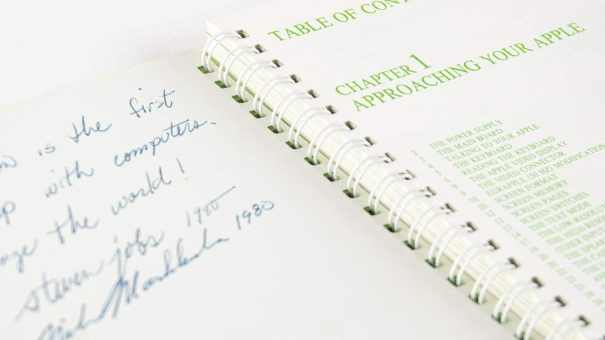 З підписом Стіва Джобса: рідкісний посібник до Apple II продали на аукціоні за шалену суму - Розваги