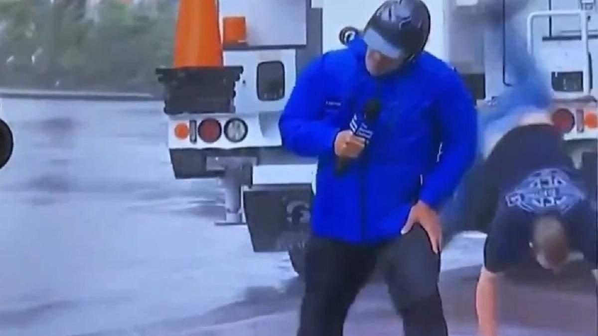 В сети стали вирусными ролики с прохожими, которые делают колесо во время сюжета об урагане Ида