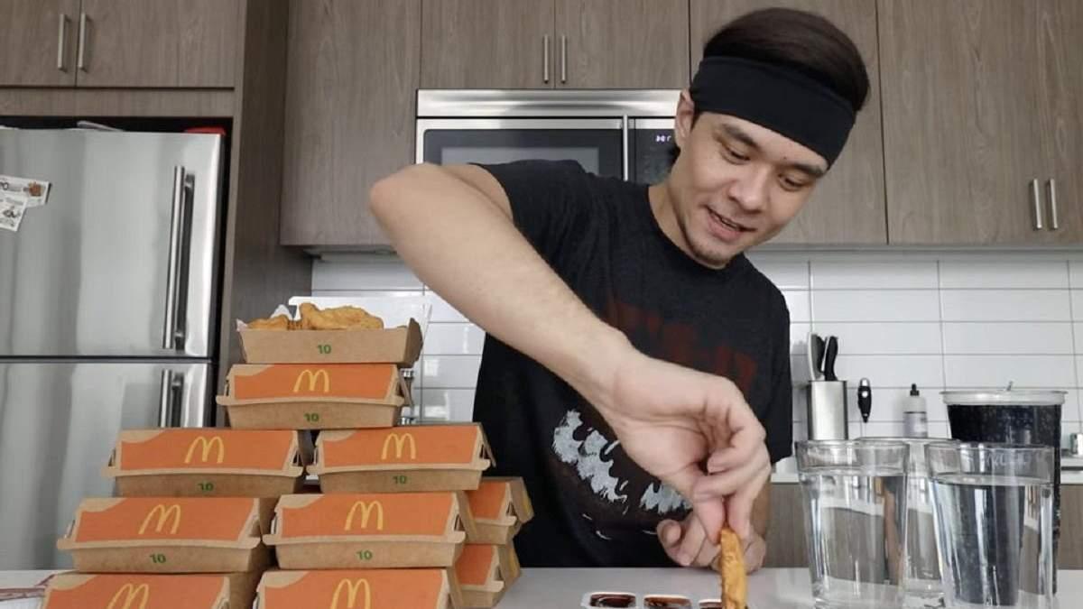 Побил собственный рекорд: американский блогер съел 120 наггетсов за 9 минут