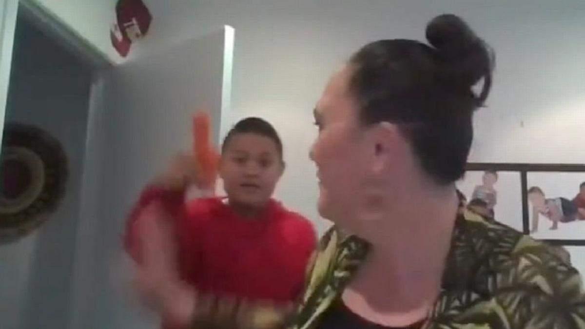 Міністерка перервала інтерв'ю через сина: він увірвався в прямий ефір з морквою дивної форми