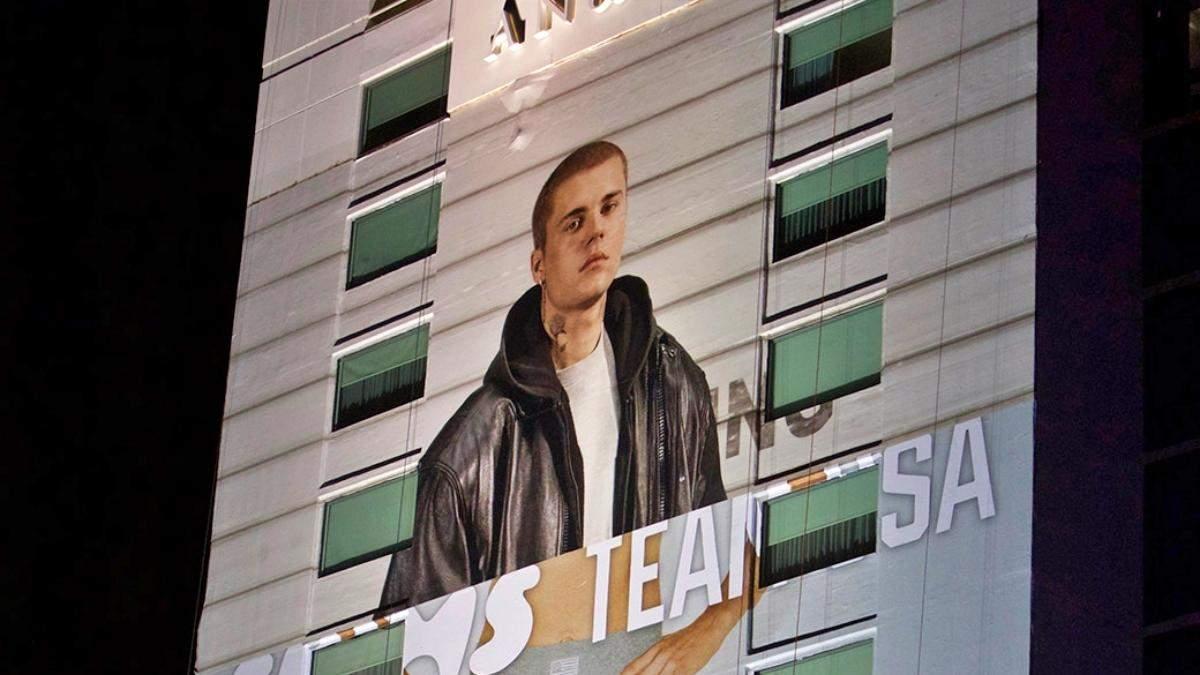 Джастин Бибер стал моделью женского нижнего белья благодаря рекламному билборду: смешное фото - Развлечения
