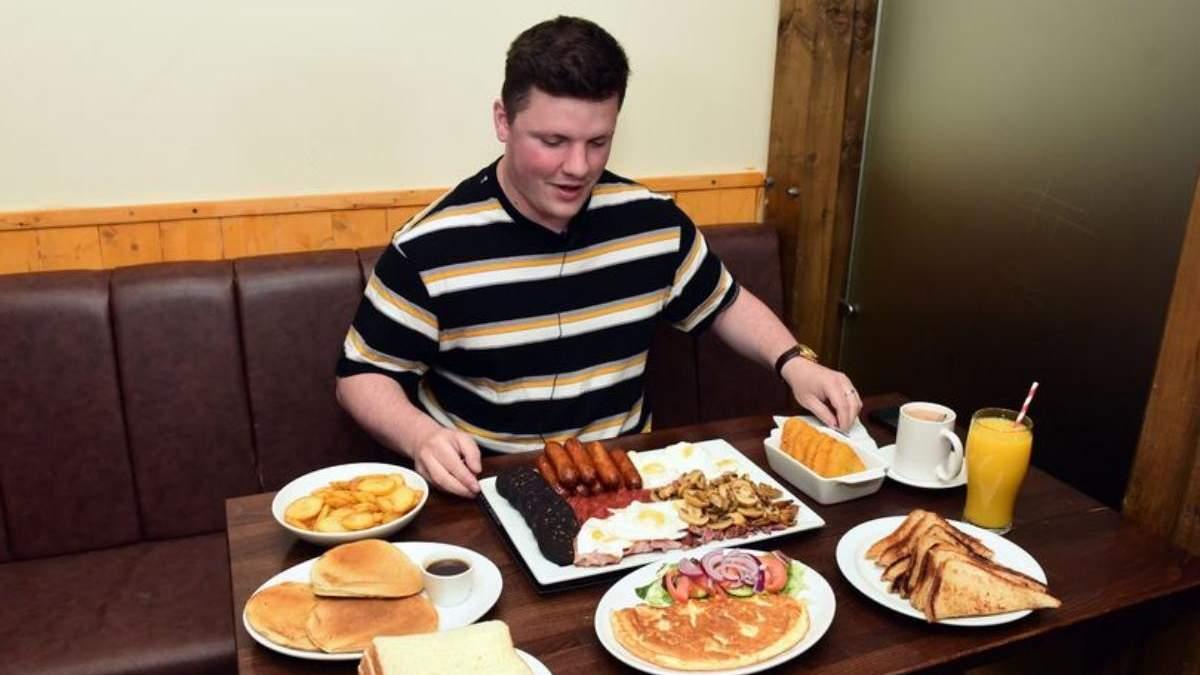 """Непобедимый """"Титан"""": журналист попытался съесть огромный завтрак на 8000 калорий - Развлечения"""