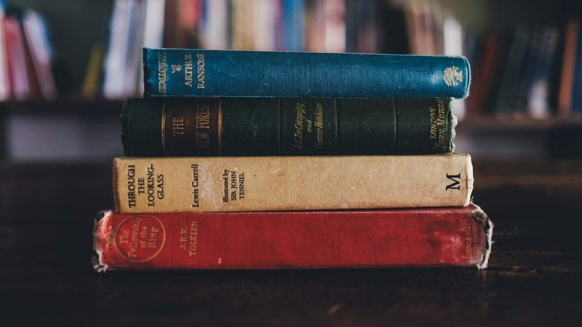 В Великобритании мужчину приговорили к чтению классической литературы: что он сделал - Развлечения