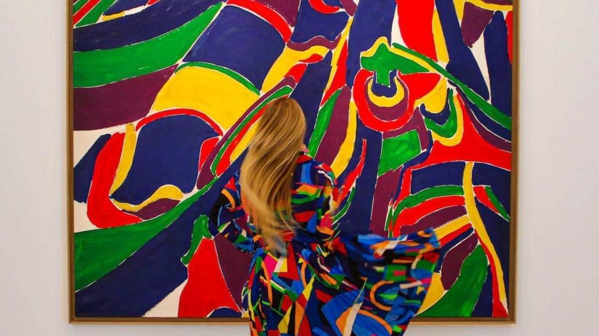 Жінка підбирає одяг, що ідеально пасує до витворів мистецтва: результат захоплює - Розваги