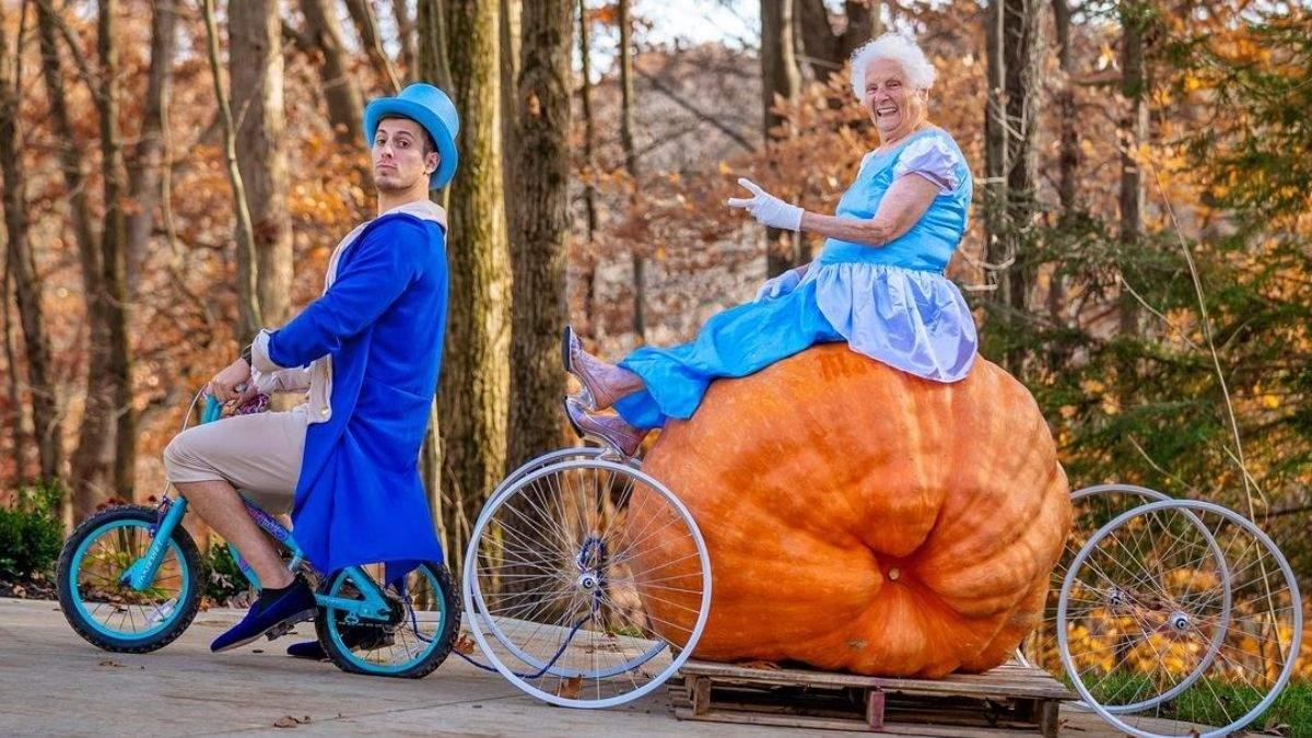 Никогда не поздно: 95-летняя бабушка с внуком разрывают сеть фото в забавных костюмах - Развлечения